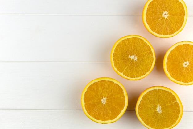 Verse sinaasappelen op witte houten achtergrond