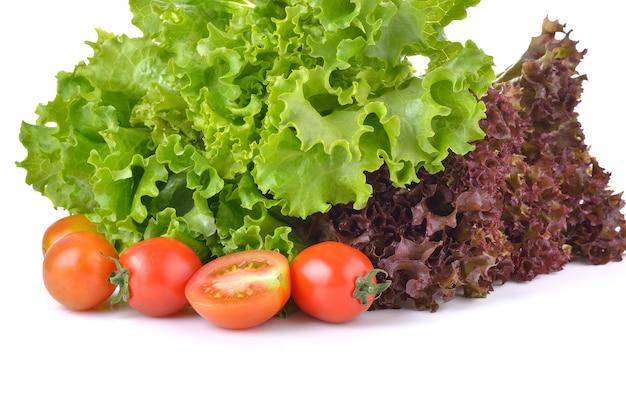 Verse sla en tomaat op witte achtergrond