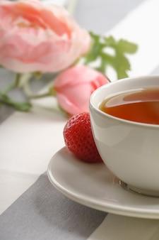 Verse, smakelijke aardbeien voor het ontbijt op een lichte achtergrond.