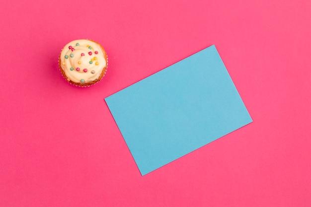 Verse smakelijke cupcake dichtbij document