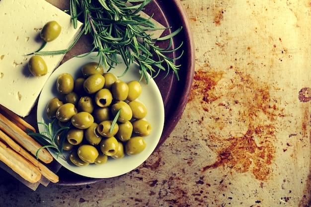 Verse smakelijke griekse groene olijven met kaasfeta of geitenkaas. detailopname. mediterraan eten.toning.