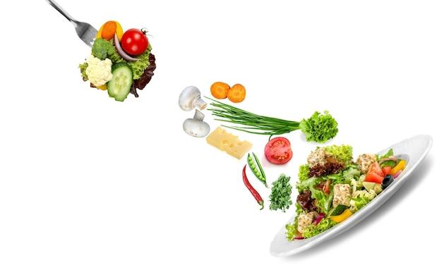 Verse smakelijke groentesalade in kom