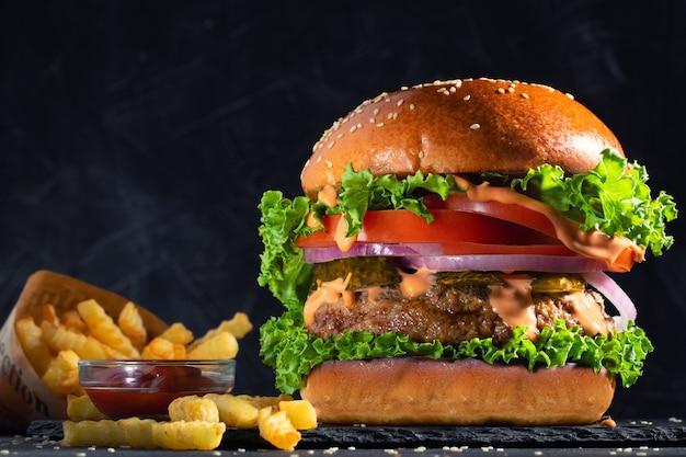 Verse, smakelijke hamburger en frietjes op tafel.