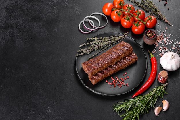 Verse, smakelijke kebab gegrild met kruiden en specerijen. gegrilde vleesgerecht