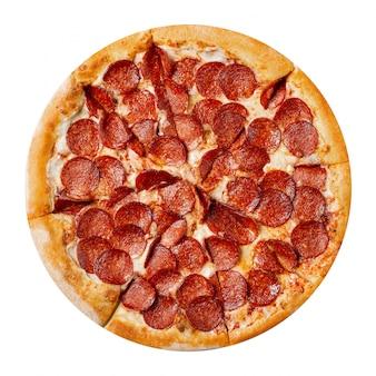 Verse smakelijke pizza met pepperoni die op wit wordt geïsoleerd