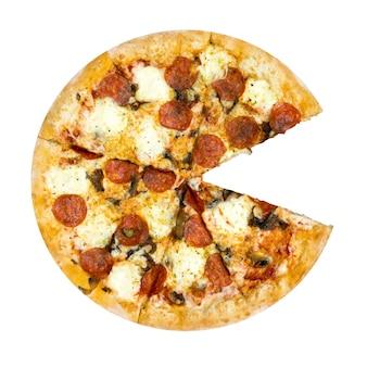 Verse smakelijke pizza met pepperoni, kaas en champignons geïsoleerd op een witte achtergrond zonder één plak. bovenaanzicht.