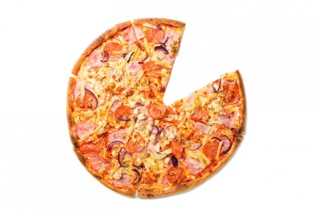Verse smakelijke pizza met tomaten, pepperoni, kaas, worst en champignons zonder één plakje geïsoleerd op wit.