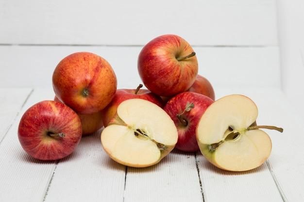 Verse smakelijke rode appelvruchten die op een witte achtergrond worden geïsoleerd.