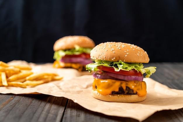 Verse smakelijke rundvleesburger met kaas en frietjes