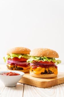 Verse smakelijke rundvleesburger met kaas en ketchup