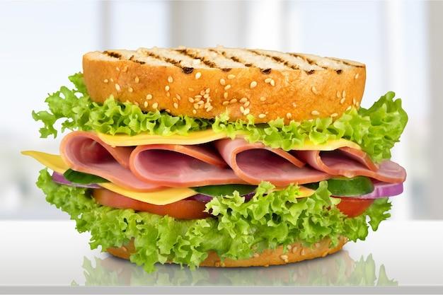 Verse smakelijke sandwich op achtergrond
