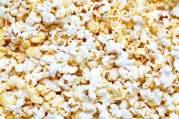 Verse smakelijke zoute popcorn als voedselachtergrond of textuur.