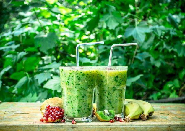 Verse smoothie met kiwi, banaan en granaatappelpitjes.