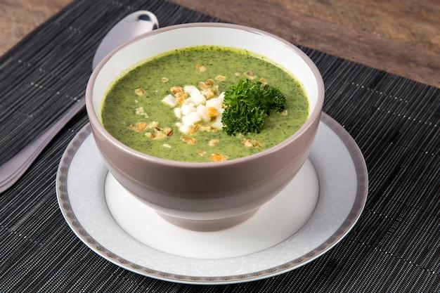 Verse soep met de doperwtjes.