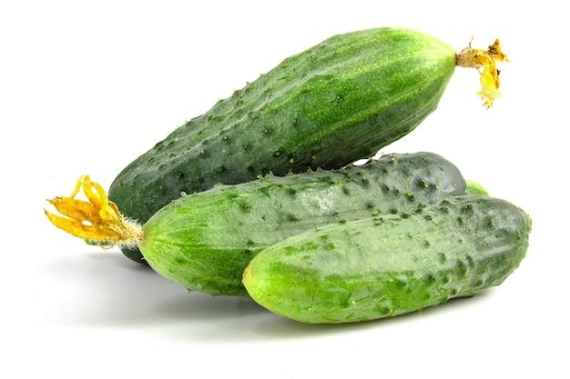 Verse stekelige komkommers geïsoleerd op een witte achtergrond.