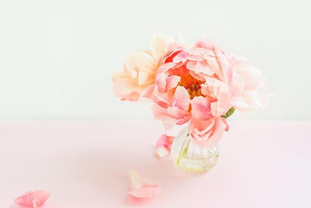Verse stelletje roze pioenrozen in een kleine vaas