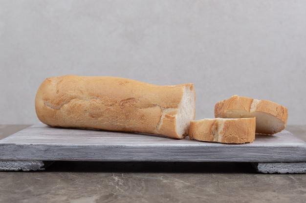 Verse stokbroodplakken op een houten bord. hoge kwaliteit foto