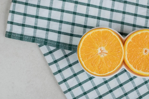 Verse stukjes sinaasappel in kleine kommen met tafellaken