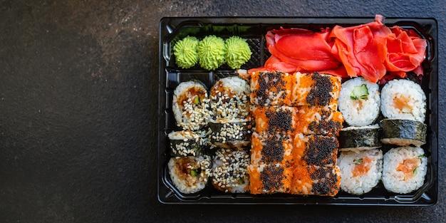 Verse sushi rolt zalm vis rijst en nori op tafel