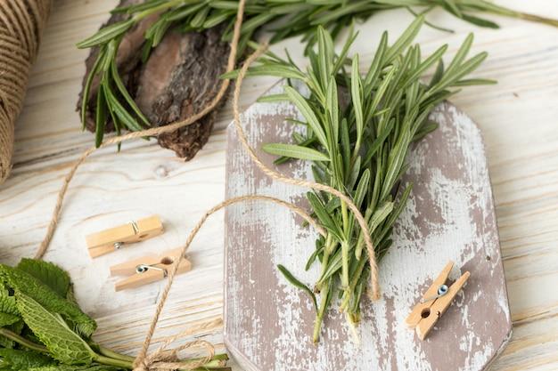 Verse takjes rozemarijn op een witte houten tafel
