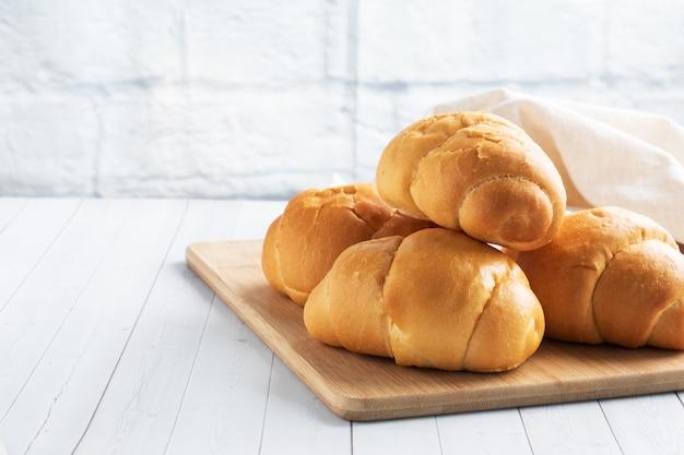 Verse tarwebroodjes. broodjes voor een hotdog of hamburger. witte achtergrond kopie ruimte.