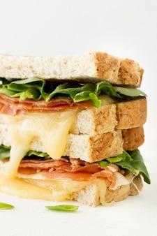 Verse toast met kaas en groenten close-up