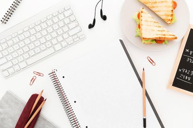 Verse toast voor kantoor ontbijt op het bureau