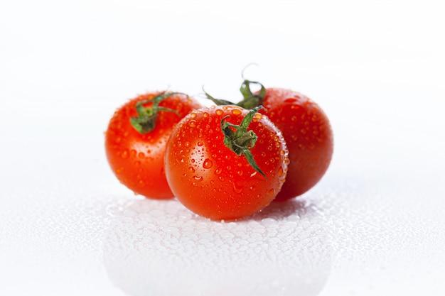 Verse tomaat die op wit wordt geïsoleerd