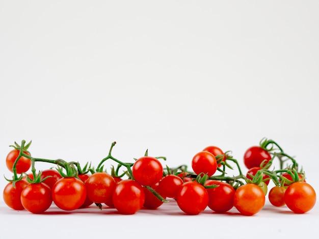 Verse tomaat op het duidelijke wit