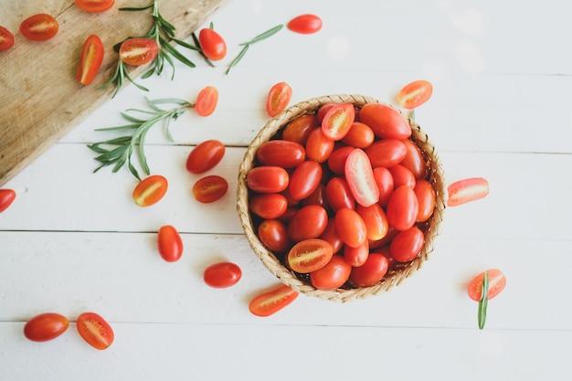Verse tomaten en rozemarijn
