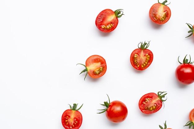 Verse tomaten, hele en halve snit geïsoleerd.