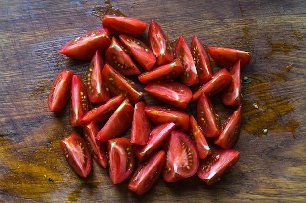 Verse tomaten in een bord op een donkere achtergrond tomaten oogsten bovenaanzicht