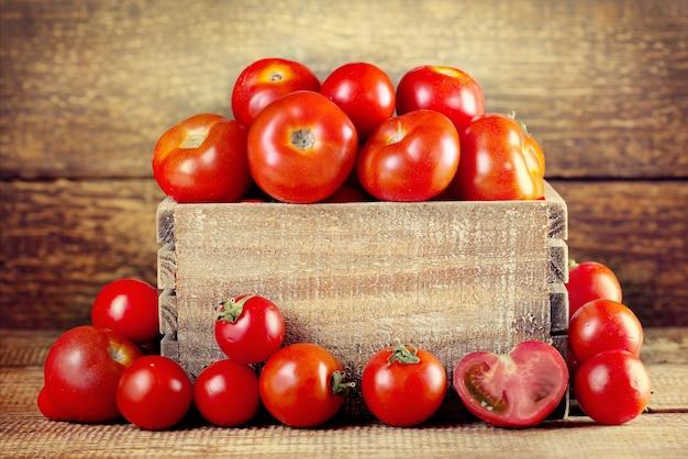 Verse tomaten in een houten doos