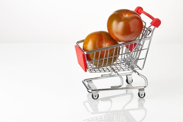 Verse tomaten kumato op hakken kar geïsoleerd op witte achtergrond.