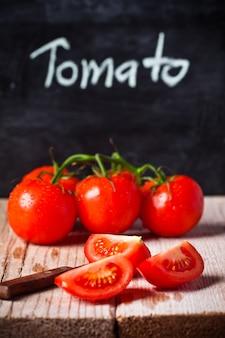 Verse tomaten, mes en schoolbord