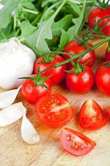 Verse tomaten, rucola en knoflook
