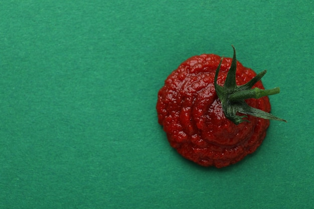Verse tomatenpuree op groene ondergrond, ruimte voor tekst