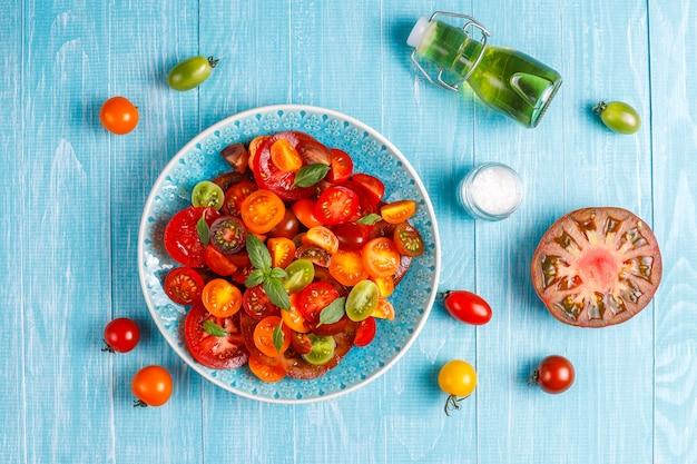 Verse tomatensalade met basilicum.