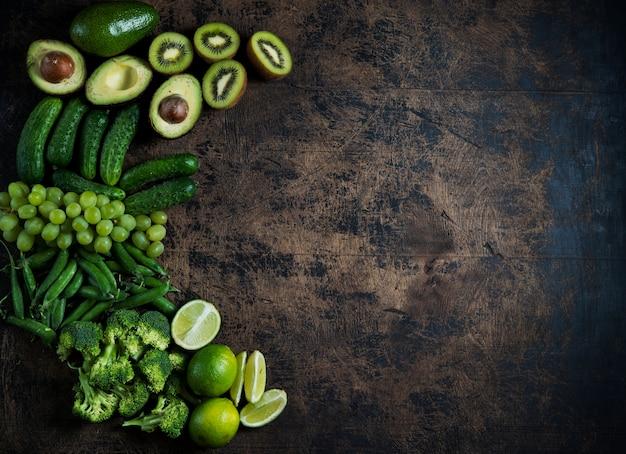 Verse tuin groene groenten en fruit op een houten tafel