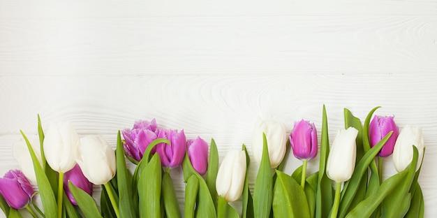 Verse tulpen op een witte houten achtergrond voor moederdag