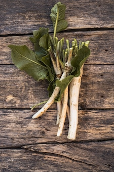 Verse, uitgegraven wortel mierikswortel met bladeren op de stapel