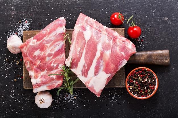 Verse varkensribbetjes met ingrediënten om te koken, bovenaanzicht