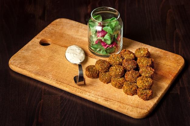 Verse vegetarische falafel met saus, selectieve nadruk