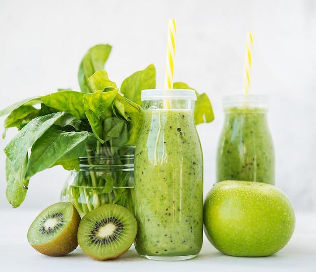 Verse vegetarische smoothiedrank in een glazen fles groene groenten en fruit. kopie van ruimte