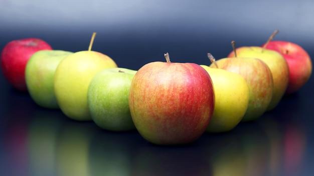 Verse verschillende appels op donkere achtergrond. vitamine fruit eten