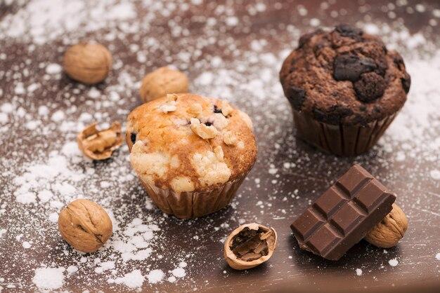 Verse verschillende huisgemaakte muffins op tafel
