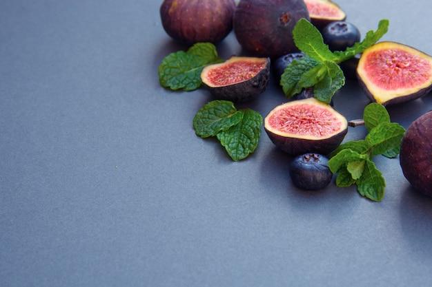 Verse vijgen met munt en bosbessen. zomerfruit.