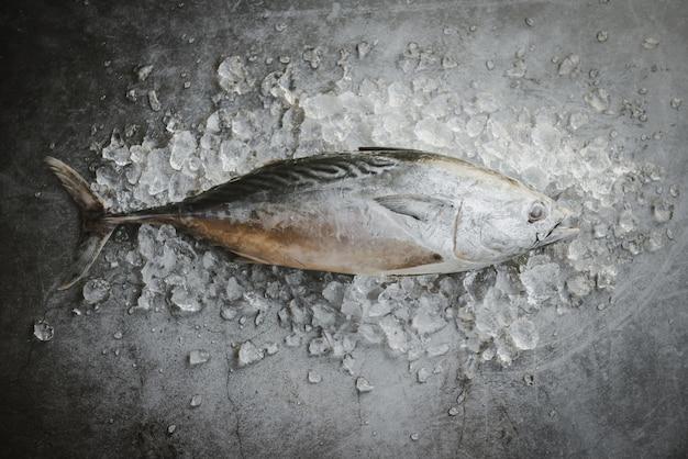 Verse vis op ijs in de markt. rauwe viszeevruchten op zwarte