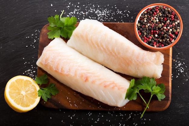 Verse visfilet met ingrediënten om te koken, bovenaanzicht