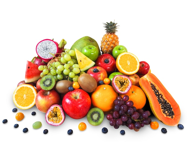 Verse vruchten die op witte achtergrond worden geïsoleerd.
